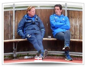 Trainer und Sportchef blicken doch einigermaßen ratlos drein.